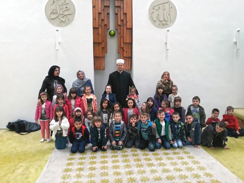 Na Dan džamija djeca iz vrtića posjetila Bijelu džamiju