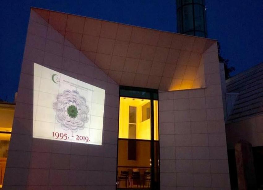 Livno: Projekcija cvijeta Srebrenice na fasadi Ćurčinice