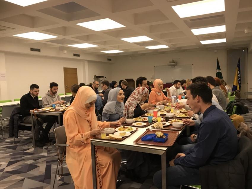 Omladinski iftar i druženje u Studentskom centru IZ